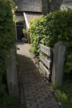 Statige boerderijtuin Outdoor Rooms, Outdoor Gardens, Outdoor Living, Terrace Garden, Garden Spaces, Brick Pathway, Narrow Garden, Diy Exterior, Farmhouse Garden