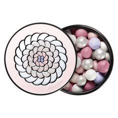 To illuminate the skin with an angelic halo, Guerlain's legendary pearls are being reinvented in a limited-edition XXL size. They come in a wonderfully complexion-enhancing monochrome of flesh tones and pastel pinks with powdery, sparkling notes. The face lights up and shimmers subtly, given a revitalising boost, as if by magic!