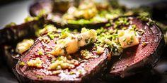 Rødbeter blir gode når de bakes lenge i ovnen. Server dem med blåmuggost, valnøtter og gressløk