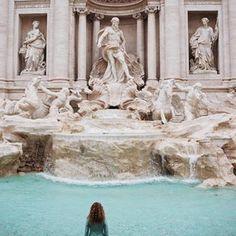 Когда совершенно случайно твоё пальто цвета воды всех фонтанов Рима😊 А вообще, фонтан Треви - излюбленное место туристов и чтобы насладиться им всласть и сделать фото, а не чувствовать себя, как в час пик в метро, рекомендую приходить к 7-8 утра к нему😉 А залог успешного фото в 7 утра - отвернуться🤣😝 #italy#roma#trevi