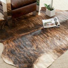 kuhfell teppich wohnzimmer boden zimmerpflanzen ledersofa