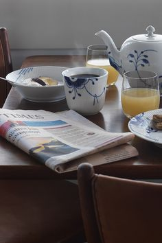 A coffee and the paper. Learn Greek, October 8, Vintage Dinnerware, China Tea Sets, Coffee And Books, Royal Copenhagen, Aesthetic Food, Painting Patterns, Danish Design