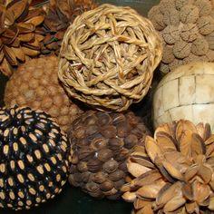 enfeites feito com bolas de isopor e sementes