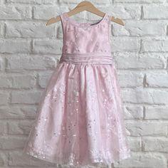 Krásne dievčenské ružové šatôčky pre cca 4 ročnú princeznú.  Sú zdobené jemnou výšivkou a flitrami. Vzadu je zapínanie na perleťové gombíky a ozdobná mašlička.  #morskykonik #bazar #pinkdress #lindex #secondhand Girls Dresses, Flower Girl Dresses, Second Hand, Wedding Dresses, Fashion, Dresses Of Girls, Bride Dresses, Moda, Bridal Gowns