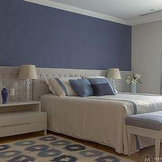 Atemporal com toque de cor, dormitório de casal exibe estilo e harmonia em…