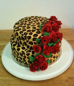 red roses on leopard print cake - Kuchen und Gebäck, Sweet , شٻرٻنى و کٻک - Pretty Cakes, Cute Cakes, Beautiful Cakes, Amazing Cakes, Cheetah Cakes, Leopard Cake, Leopard Print Cakes, Fancy Cakes, Creative Cakes