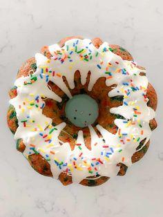 Funfetti Bundt Cake Recipe | Easy Birthday Cake Idea Funfetti Cake, White Chocolate Candy, Chocolate Candy Melts, Chocolate Covered, Best Cake Recipes, Dessert Recipes, Favorite Recipes, Delicious Recipes, Kitchens
