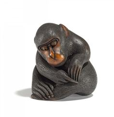 NETSUKE. MONKEY WITH FLEE. BOXWOOD. SIGN.: KOICHI. 19th c. The animal very concentrated fleeing itself. Well carved, the fur very finely engraved and stained, eyes inlaid light horn. Signed on a reserve. H.3,3cm.