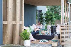 Spilevegg: Slik bygger du den selv - Byggmakker Outdoor Sectional, Sectional Sofa, Slik, Outdoor Furniture Sets, Outdoor Decor, Porch Swing, Marie, Pergola, Home Decor