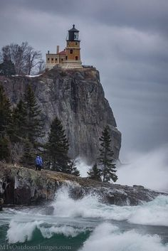 Split Rock Lighthouse is located just south of Silver Bay, Minnesota, USA on the North Shore of Lake Superior. Split Rock Lighthouse, Lighthouse Art, Lighthouse Storm, Lighthouse Pictures, Beacon Of Light, Light Of The World, Water Tower, Am Meer, Kirchen
