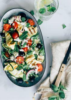 Deze Griekse couscoussalade is een lekkere vullende maaltijdsalade. De gegrilde courgette maakt de salade extra lekker. Wil je het recept? Grilled Zucchini, Grilled Vegetables, Salad Recipes, Healthy Recipes, Healthy Food, Grilled Peaches, Vegetable Pizza, Food Inspiration, Breakfast