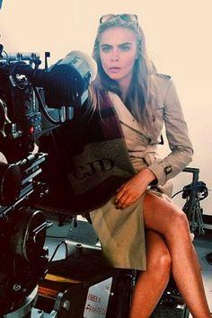 Cara Delenvigne mostra pernas torneadas com sobretudo em bastidores de ensaio de moda