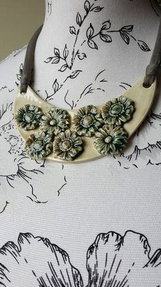 Collar Flores Crema | Cerámica El Unicornio Loco