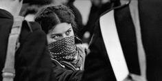 Tano D'Amico, raccontando di sé e della sua vita di fotografo militante, ci rivela il potere che ha sempre avuto l'immagine come primo simbolo del cambiamento. Le sue fotografie, rigorosamente in bianco  ...