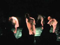 """4:48 Psychosis in Artaud's Theatre of Cruelty (Group 2, Part 1): Niet de taal staat centraal maar alles, licht, beweging, geluid. Het """"oergevoel"""" wreedheid is dus rauw ;lichamelijk en schokkend"""