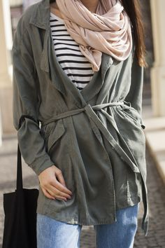 #springoutfit #spring #fashionblogger #fblogger #pinkscarf #momjeans #stripes #stripesoutfit #trench #trenchcoat #casual #casualoutfit