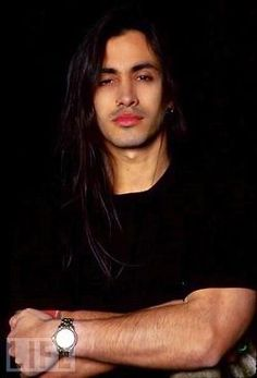 Nuno Bettencourt - guitarist for Extreme Damn.I had not planned on adding men, but WHOA! Nuno Bettencourt, Beautiful Celebrities, Gorgeous Men, Male Celebrities, He's Beautiful, Pretty People, Beautiful People, 80s Hair Bands, Man Bun