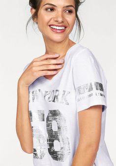 Für coolen Style an warmen Tagen: Das leicht kastig geschnittene Shirt von AJC begeistert mit dem College-Print im verwaschenen Metallic-Look auf der Brust und an den Ärmeln. Superlässig!