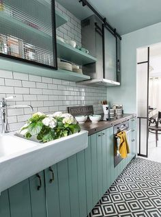 New Kitchen Colors Country Shelves Ideas Kitchen Tiles, Kitchen Flooring, New Kitchen, Vintage Kitchen, Mint Kitchen, Kitchen Sink, Kitchen Black, Modern Retro Kitchen, Kitchen Island