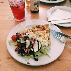 Une belle part de quiche maison et une bonne salade: l'un de mes repas préférés (j'ai des goûts simples !). Celle de Pois Café, à la courgette et au roquefort, était délicieuse. #poiscafe #lisboa #lisbonne #voyageMS #veggie #vegetarien