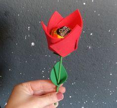 DIY: Tulipa de eva (lembrancinha). Aprenda a fazer uma tulipa e rechea-la com um bobom para presentear seus convidados Veja mais em : ... Materiais: eva vermelho 10x10cm eva verde 5x5cm palito de churrasco cola tesoura bombom