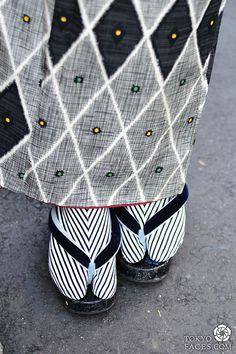 Japanes kimono outfit with Black & White sleek stripes socks. Moda Kimono, Yukata Kimono, Fashion Mode, Japan Fashion, Style Du Japon, Tokyo Style, Motifs Textiles, Turning Japanese, Japanese Textiles