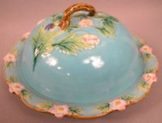 pottery & porcelain, England, A George Jones majolica turquoise blackberry butter dish with vine handle, rim decorated with flowers and leaves.1860 - 1900