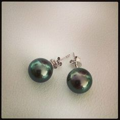 Pearl-Lang® luxury Tahitian pearl stud earrings in vibrant green grey with pink overtone http://www.pearl-lang.com/collections/earrings/products/lavish-tahitian-pearl-stud-earrings-with-18ct-gold