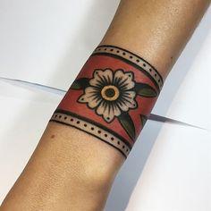 by Juliana Odett ………… por Juliana Odett ………… # tradicional Traditional Tattoo Cuff, Traditional Tattoo Flowers, Traditional Ink, American Traditional, Cuff Tattoo, Tattoo Bracelet, Piercing Tattoo, Tattoo Ink, Piercings