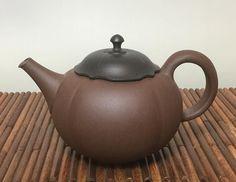 Chadei brown persimmon-shaped teapot by Seiho #japanesepottery #japaneseceramics #ceramics #pottery #wabicha #tea #greentea #teatime #kyusu #kyuusu #teapot #sencha #wabipot #teaaddict