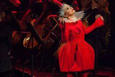 O outro look é este com um vestido vermelho cheio de volume assinado pelo estilista português David Ferreira