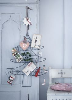 These card holders are such a great idea! Why not use your Christmas cards as decorations in a pretty wire frame tree or stocking? So cute! Christmas Tree Card Holder | Christmas Stocking Card Holder