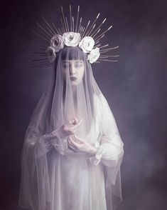 Katrina Halo Couronne – bandeau clouté sunburst – liens Zip – iconographie – vierge – Met Gala – casque – coiffe – or – Internationally Inspired Angel Halo, Mode Lolita, Manequin, Dark Fairytale, Foto Art, Halloween Disfraces, Artistic Photography, Glamour Photography, Lifestyle Photography