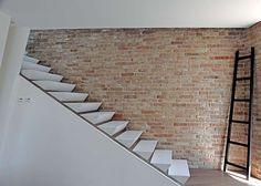 escalier sans rampe avec marches pyramidales et mur en brique par 3ndy