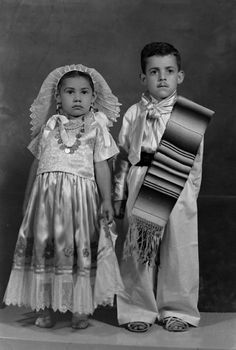 Disfraces mexicanos. La niña está disfrazada de tehuana; seguramente este retrato fue tomado en un día de festejos patrios, donde era y sigue siendo muy común disfrazarse con trajes típicos mexicanos. Foto: RUTILO PATIÑO, Jaral del Progreso, Guanajuato, México, ca. 1940. Fondo Rutilo Patiño / Colecciones Fotográficas de Fundación Televisa