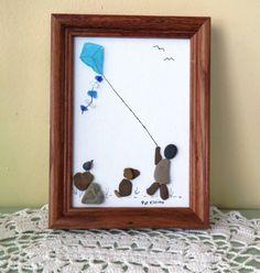 Questa immagine di arte di pebble originale fu creata il 5 x 7 cartone telato con spiaggia di ciottoli raccolti dal lago Michigan, spiaggia di vetro e inchiostro. È dotato di un bambino in giovane età volare un aquilone, mentre il suo cane e un uccello piccolo a guardare. È fissato
