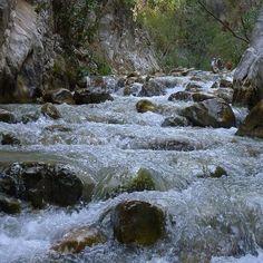 #ACANTILADOS DE #NERJA-MARO Y ·RIO_CHILLAR , la #ruta comienza a pie siguiendo el Río Chillar por su cauce, andando por el agua entre vegetación y rocas, subiendo pequeñas cascadas, y con la posibilidad de darse un refrescante baño en las pequeñas pozas que vamos encontrando a lo largo del camino. Posteriormente, iniciamos el recorrido en kayak por los acantilados, un Paraje Natural situado entre los municipios de Nerja y Almuñécar.