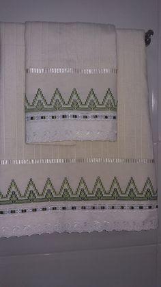 jogo de toalha 2 peças.sendo 1 de rosto e 1 de banho, com tira bordadas e passa fita.  cores a escolha do cliente.  favor informar a cor no ato da compra. Swedish Embroidery, Monks Cloth, Swedish Weaving, Bargello, Needlework, Cross Stitch, Knitting, Crochet, Handmade