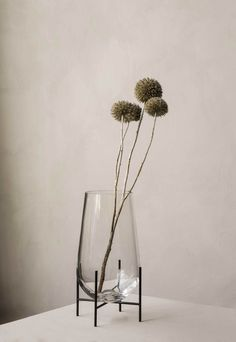 The Échasse vase from Menu is Theresa Rand's contemporary take on traditional, elegant glass vases. Rand aims at creating objects that are both poetic and functional. Vases, Holding Flowers, Chaise Vintage, Living Room Flooring, Nordic Design, Modern Spaces, Classic Elegance, Scandinavian Design, Clear Glass