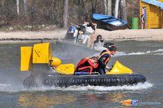 25/31   Photo du water stunt show, Jim Bond H2O situé à Holiday-Park (Allemagne). Plus d'information sur notre site http://www.e-coasters.com !! Tous les meilleurs Parcs d'Attractions sur un seul site web !!