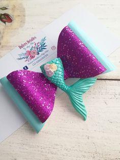 Moño de vinil Glitter Hair Bow Diy Bow, Diy Ribbon, Ribbon Bows, Girl Hair Bows, Girls Bows, Disney Hair Bows, Little Mermaid Parties, Bow Design, Fabric Bows