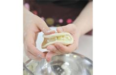 Put about a tablespoon of filling in each perogy. Here, instructor Lori Krawchuk, uses filling made from potato and dry cottage cheese. Veggie Dishes, Side Dishes, Polish Recipes, Polish Food, Ukrainian Recipes, Pasta, Holiday Recipes, Recipes Dinner, Kitchens