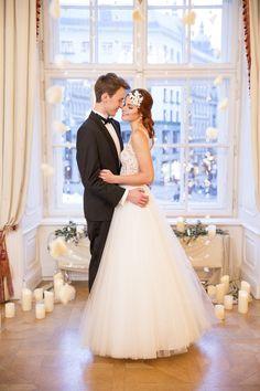 Smaragdgrün und Gold – Charmantes Hochzeitskonzept in der Spanischen Hofreitschule Wien Photo by  Elisabeth Feldner – Die Elfe Event planning: Die Hochzeitshummel #fairytale #winter #candles #romantic #bride #groom #wedding #inspiration