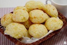 Quer fazer uma receita prática e que todos vão gostar? Aposte nesse pão de queijo simples! Ele é feito com só 3 ingredientes e é muito fácil de preparar!
