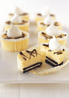 Oreo mini cheesecakes- Small but delicious! These mini cheesecakes with chocolate cookies will bring the best flavor competition to any gathering between friends.
