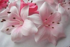 Sugar flowers -- or maybe fondant? But very pretty. Sugar Paste Flowers, Icing Flowers, Edible Flowers, Diy Flowers, Paper Flowers, Fondant Flower Tutorial, Fondant Flower Cake, Fondant Bow, Fondant Cakes