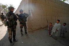 2008. Une section du 8ème RPIMA  en mission de reconnaissance dans le village de Nawrozkhel, vallée de Tagab, province de kapisa.
