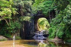 人が掘削したと思えないほど自然に溶け込む。川に入って撮影する人も多い