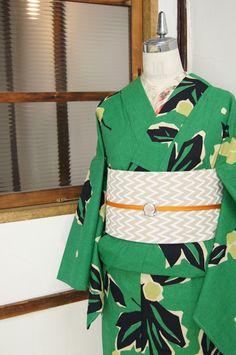 綺麗な緑色の地に、切り絵のようなノスタルジックなタッチで染め出された、枇杷のような葉と実のデザインがレトロモダンな注染浴衣です。
