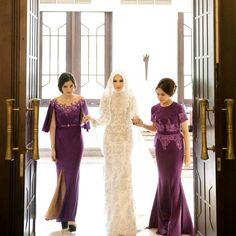 the first time want to meet ka after ijab kabul with my beautiful bridesmaids! by elvasoemantri Kebaya Wedding, Muslimah Wedding Dress, Muslim Wedding Dresses, Muslim Brides, Wedding Gowns, Bridesmaid Dresses, Hijabi Wedding, Bridesmaid Ideas, Outfits Dress
